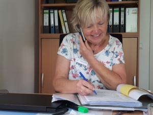 Brigitte Gehle berät Anrufer im Hospiz